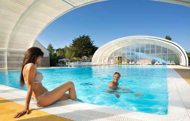 Überdachtes Schwimmbad In Der Bretagne